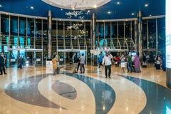 ABU DHABI - 4. NOVEMBER 2016: Reißen Sie innerhalb eines großen Einkaufszentrumjachthafenmalls in Abu Dhabi, UAE hin Marina Mall  Lizenzfreie Stockbilder