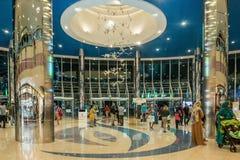 ABU DHABI - 4. NOVEMBER 2016: Reißen Sie innerhalb eines großen Einkaufszentrumjachthafenmalls in Abu Dhabi, UAE hin Marina Mall  Stockfotos