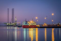 Abu Dhabi Oil Rig em Khalifa Port fotografia de stock royalty free