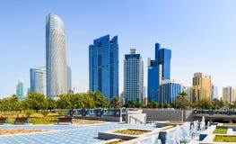 Abu Dhabi-Panoramablick von der Promenade mit Markstein skyscr Stockfotos