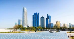 Abu Dhabi-Panoramablick von der Promenade mit Markstein skyscr Lizenzfreies Stockbild