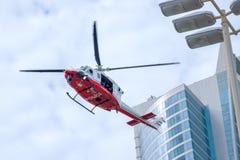 Abu Dhabi Police Chopper die over de stad hangen royalty-vrije stock fotografie