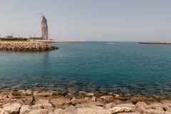 Abu Dhabi Rock Coast mit Gebäude und dem Meer, UAE Stockfotos