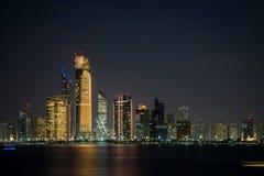 Abu Dhabi Seascape, altos edificios de la subida de Abu Dhabi en la noche foto de archivo libre de regalías