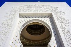 Abu Dhabi Sheikh Zayed Grand-Weergeven van de Moskee het Oostelijke Poort stock afbeeldingen