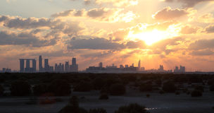 Abu Dhabi Skyline al tramonto immagini stock