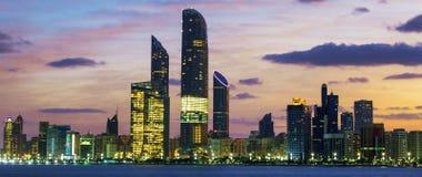 Abu Dhabi Skyline bei Sonnenuntergang Lizenzfreie Stockfotos