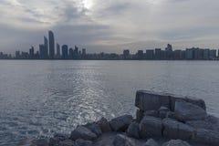 Abu Dhabi Skyline bij Zonsopgang Bewolkte ochtend Royalty-vrije Stock Foto