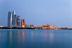 Abu Dhabi-Skyline an der blauen Stunde stockfotos