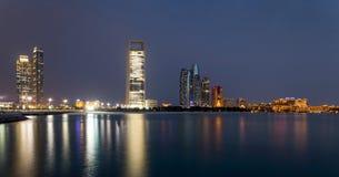Abu Dhabi-Skyline an der blauen Stunde lizenzfreie stockbilder
