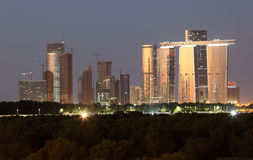 Abu Dhabi Skyline an der Dämmerung Stockfotos
