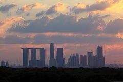 Abu Dhabi Skyline en la puesta del sol Foto de archivo libre de regalías