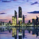 Abu Dhabi Skyline en la puesta del sol Imagen de archivo