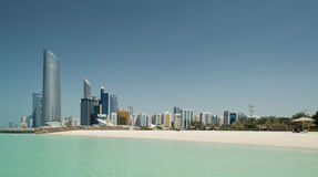 Abu Dhabi Skyline en Strand Stock Foto
