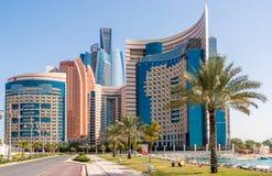 Abu Dhabi-Skyline mit Etihad-Türmen Lizenzfreie Stockfotos