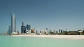 Abu Dhabi Skyline och strand Arkivfoto