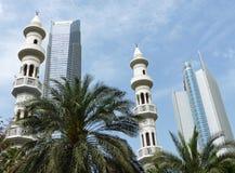 Abu Dhabi-Skyline: Turmblöcke und Minaretts Lizenzfreie Stockfotos