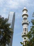 Abu Dhabi-Skyline: Turmblock und Minarett Lizenzfreie Stockbilder