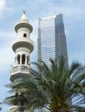 Abu Dhabi-Skyline: Turmblock und Minarett Stockbild
