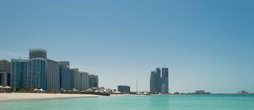 Abu Dhabi Skyline und Strand Stockbild