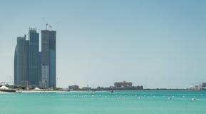 Abu Dhabi Skyline und Strand Lizenzfreie Stockfotos