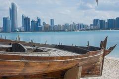 Abu Dhabi-Skyline vom Erbdorf, UAE Stockbild