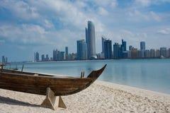 Abu Dhabi-Skyline vom Erbdorf, UAE Lizenzfreie Stockfotos