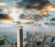 Abu Dhabi-Skyline von der Luft bei Sonnenuntergang Stockbilder