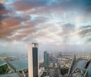 Abu Dhabi-Skyline von der Luft bei Sonnenuntergang Stockfotos