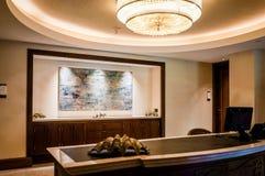 Abu Dhabi Sommar 2016 Ljus och modern inre St Regis Saadiyat Island Resort för lyxigt hotell Fotografering för Bildbyråer
