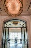 Abu Dhabi Sommar 2016 Ljus och modern inre St Regis Saadiyat Island Resort för lyxigt hotell Arkivfoton