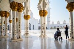 Abu Dhabi Sommer 2016 Die berühmte Sheikh Zayed Grand-Moschee Äußeres und der Innenraum Lizenzfreies Stockbild