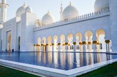 Abu Dhabi Sommer 2016 Die berühmte Sheikh Zayed Grand-Moschee Äußeres und der Innenraum Stockfoto