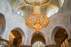 Abu Dhabi Sommer 2016 Die berühmte Sheikh Zayed Grand-Moschee Äußeres und der Innenraum Lizenzfreie Stockfotografie