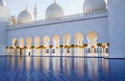 Abu Dhabi Sommer 2016 Die berühmte Sheikh Zayed Grand-Moschee Äußeres und der Innenraum Lizenzfreie Stockfotos