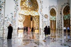 Abu Dhabi Sommer 2016 Die berühmte Sheikh Zayed Grand-Moschee Äußeres und der Innenraum Stockbilder