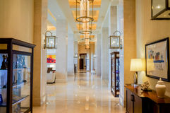 Abu Dhabi Sommer 2016 Helles und modernes Innenluxushotel St. Regis Saadiyat Island Resort Lizenzfreies Stockfoto