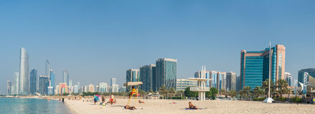 Abu Dhabi-Stadtansicht bei Sonnenuntergang von Corniche-Strand, UAE Stockbild
