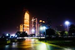 Abu Dhabi-Stadtbildansicht von Corniche nachts Lizenzfreie Stockfotografie