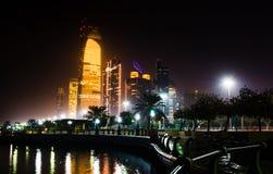 Abu Dhabi-Stadtbildansicht von Corniche nachts Lizenzfreie Stockbilder