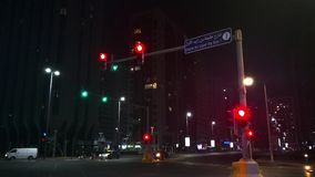 Abu Dhabi-Stadtstraßen-Ampeln nachts stock video