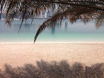 Abu Dhabi-Strand und -wolkenkratzer Stockbilder