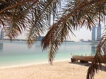 Abu Dhabi-Strand und -wolkenkratzer Lizenzfreie Stockfotos