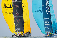 Abu Dhabi & Telefonica som downwind dueling Royaltyfri Foto