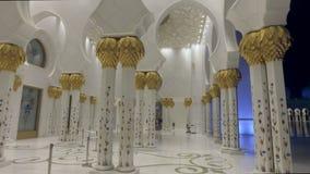 Abu Dhabi, U A e - EN ENERO DE 2018: galería blanca que sorprende de la mezquita magnífica de Sheikh Zayed metrajes