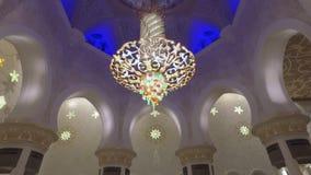 Abu Dhabi, U a E - GENNAIO 2018: pareti di marmo di stupore, del tappeto e candeliere a cristallo dentro la moschea di Sheikh Zay stock footage