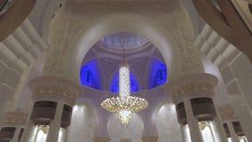 Abu Dhabi, U A e - Januari, 2018: epische mening over plafond en muren binnen Grote Moskee van Sheikh Zayed stock videobeelden