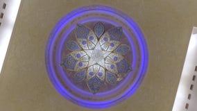 Abu Dhabi U A E - JANUARI 2018: fantastisk roterande sikt av den unika ljuskronan för kristall i storslagen moské av Sheikh Zayed arkivfilmer