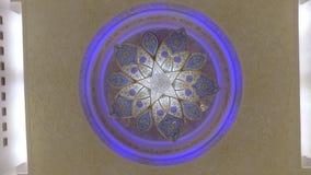 Abu Dhabi U A E - JANUARI 2018: fantastisk roterande sikt av den unika ljuskronan för kristall i storslagen moské av Sheikh Zayed stock video