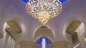 Abu Dhabi, U A e - Januari, 2018: Sheikh Zayed Grand Mosque, mening op reusachtige gebedzaal met exclusief tapijt stock video